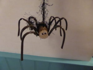 Make this spider with wood and garden wire.